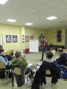 Marko Hamel spricht vor den Teilnehmern des siebten Vizthnink-Meetups im Inklusiven nachbarschaftszetrum Leipzig