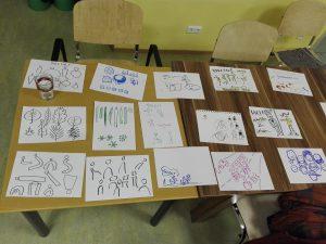 """Vizthink-Meetup """"Stereotypen in der Visualisierung: bezeichnete Blätter liegen auf Tischen"""