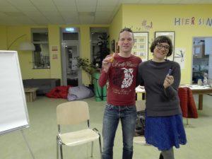 Marko Hamel und Simone Fass posieren lachend mit Stift